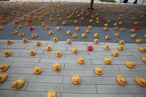 Savez-vous où je peux flooder pour atteindre 4000 messages ? - Page 4 Museum-of-design-atlanta-waterdream-guerilla-marketing-ambient-canard-en-plastique-rubber-duck-the-titan-agency-5-600x400